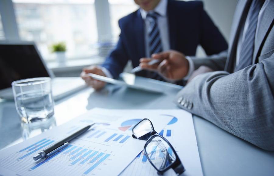 företagsmäklare-två-män-i-kostym-på-kontor-avtalsskrivning-sälja-köpa-företag